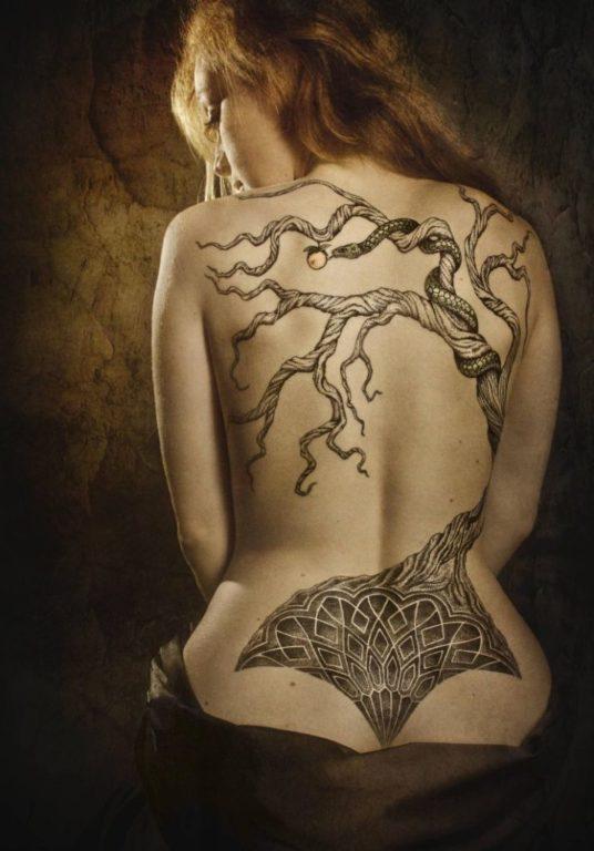Татуировка древнего дерева на спине