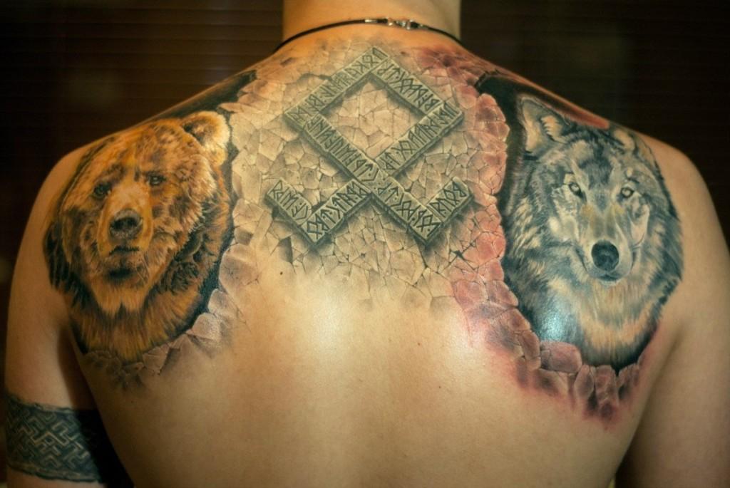 Татуировка медведя, волка и рунического ряда