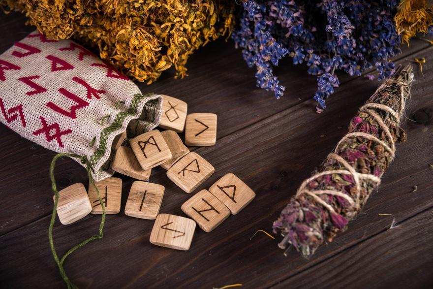 Магические свойства рун используют для колдовства и магических ритуалов