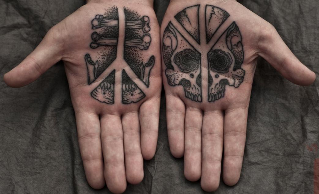 Татуировка с перевернутой руной Альгиз и прямой руной Альгиз.